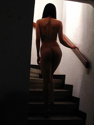 erotične zgodbe - seksi ženska na stopnicah